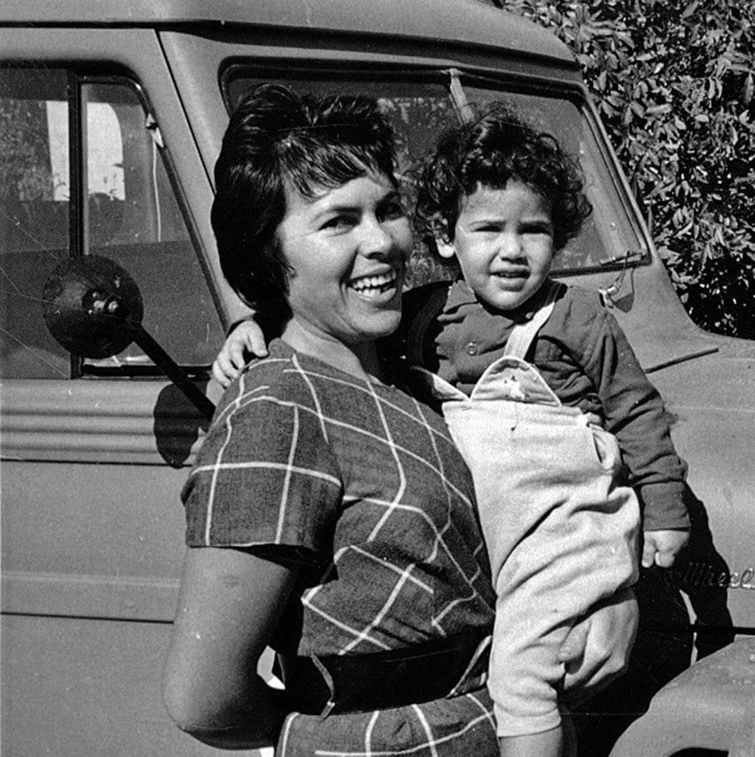 ענת עם אמה באמצע שנות ה־60